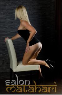 dívka na židli