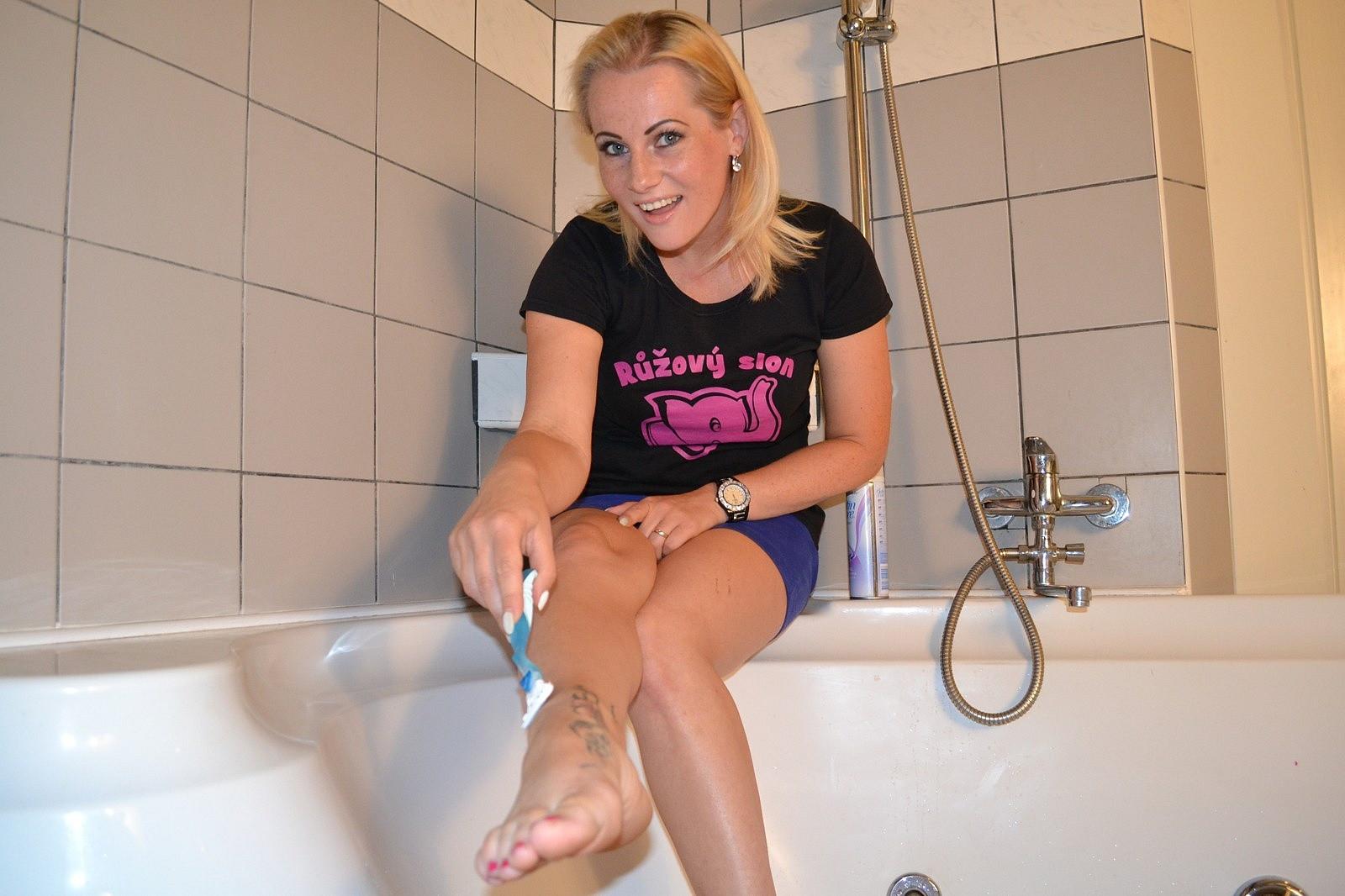 testerka Veronika se holí