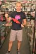 Adam předvádí koženou masku v prodejně