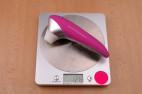 Womanizer PRO40, na váze ukazuje 128 g