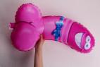 Žertovný balónek ve tvaru penisu – v ruce