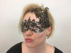 Veronika a Kovová maska na oči s kamínky