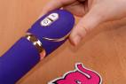Vibrátor Front Row Purple – v ruce, detail ovládání