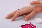 Zpevňující krém na prsa - testerka roztírá na ruku