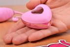 Vibrační vajíčko Pink Love, ovladač v ruce