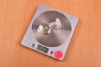Anální kolík Glow Night – vážíme velký kolík, stolní váha ukazuje 112 g