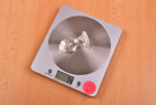 Anální kolík Glow Night – vážíme malý kolík, stolní váha ukazuje 74 g