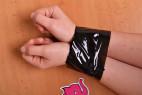 Bondážní páska Noir – svázané ruce páskou