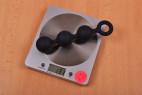 Anální kuličky Black Trio – stolní váha ukazuje 131 g