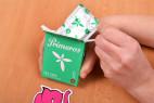 Primeros Tea Tree – vytahování kondomu z krabičky