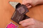 LELO Hex Respect XL – vytahování kondomu z krabičky