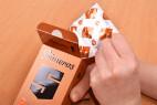 Primeros Safeguard – vytahování kondomu z krabičky