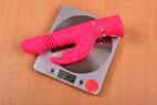 Vibrátor Bunny Hammer – vážíme vibrátor, stolní váha ukazuje 356 g
