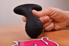 Vibrační anální kolík Pulsing Pleasure – držíme kolík v ruce