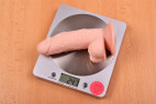 Dildo s přísavkou Small Nature – vážíme dildo, stolní váha ukazuje 247 g