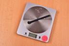 Silikonový dilatátor Pissing Game – vážíme dilatátor, stolní váha ukazuje 5 g