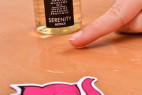 Shunga Serenity – masážní olej na stole, ukázka hustoty