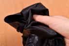 LateX kalhotky s dildem Glossy – zmačkání latexových kalhotek