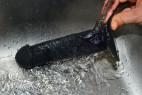Fun Factory The Boss dildo s přísavkou (18 cm) pod tekoucí vodou