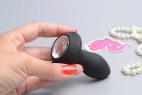 Vibrační anální kolík Diamond Vibe, v ruce